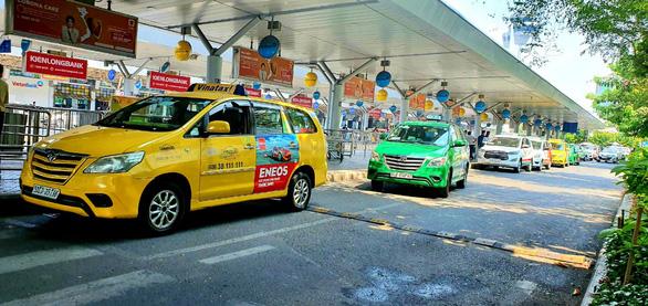 Phân làn riêng xe vào Tân Sơn Nhất: Grab đề nghị trả thêm 10.000 đồng/lượt - Ảnh 1.