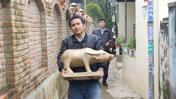 Về làng gốm hàng trăm tuổi xem nghệ nhân nhào nặn linh vật trâu tết - Ảnh 6.