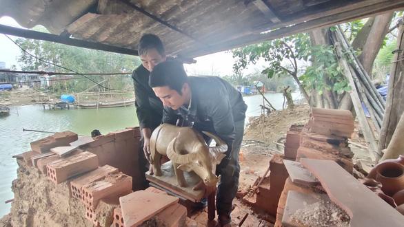 Về làng gốm hàng trăm tuổi xem nghệ nhân nhào nặn linh vật trâu tết - Ảnh 7.