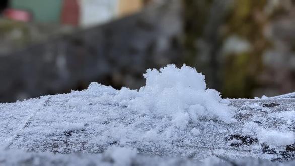 Nhiệt độ xuống -2 độ C, băng giá phủ trắng đỉnh Phja Oắc, Cao Bằng - Ảnh 2.