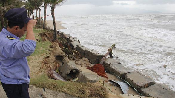 Bờ biển Đà Nẵng có bãi tắm đẹp nhất hành tinh bị sạt lở nghiêm trọng - Ảnh 1.
