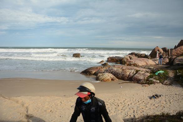 2 du khách bị sóng cuốn mất tích ở biển Kê Gà - Ảnh 2.