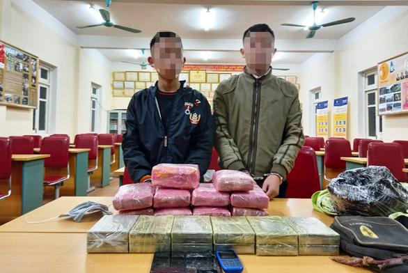 Hai học sinh trung học chở 12 bánh heroin, 54.000 viên ma túy - Ảnh 1.