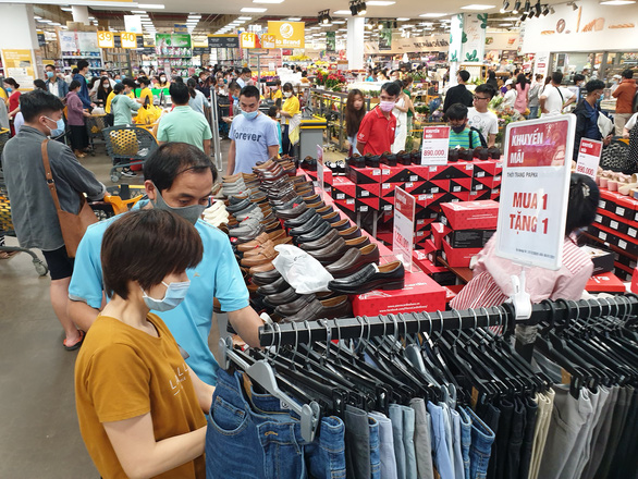Bùng nổ mua sắm dịp Tết dương lịch, siêu thị hứa khuyến mãi kéo dài - Ảnh 1.