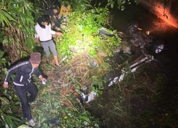 Xe bán tải lao xuống suối lật ngửa, 2 người chết, 4 người bị thương - Ảnh 1.