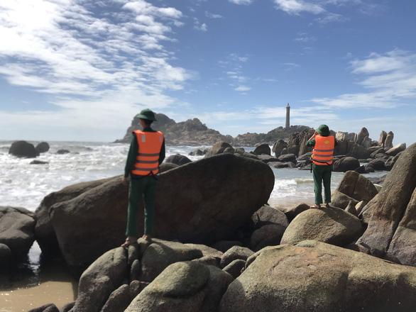 2 du khách bị sóng cuốn mất tích ở biển Kê Gà - Ảnh 1.