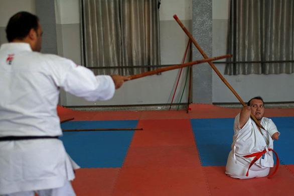 Ý chí của võ sĩ karate không chân tay - Ảnh 2.