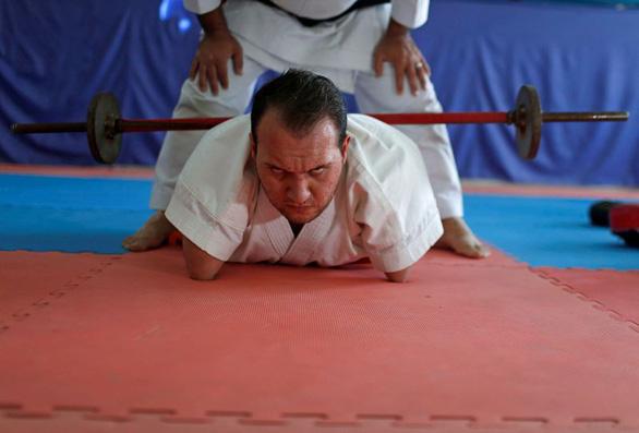 Ý chí của võ sĩ karate không chân tay - Ảnh 4.