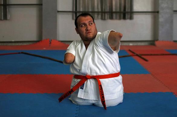 Ý chí của võ sĩ karate không chân tay - Ảnh 7.
