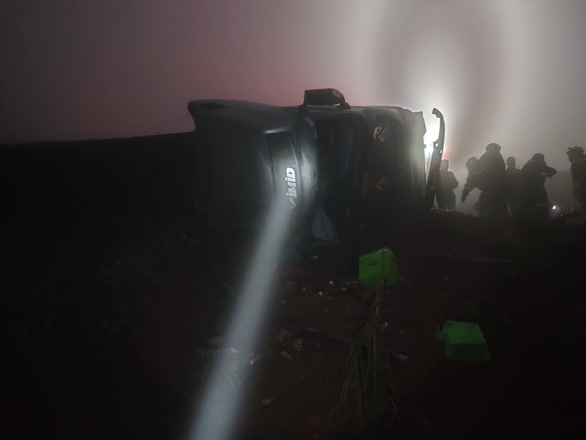 Đâm vào taluy, xe đầu kéo lật nghiêng, tài xế tử vong trên Sa Pa - Ảnh 2.