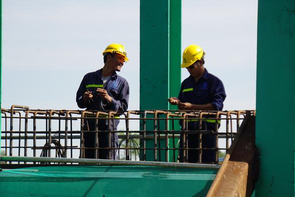 Tất bật trên công trình cao tốc Phan Thiết - Dầu Giây - Ảnh 4.