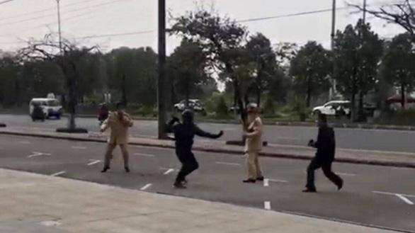 Dùng côn nhị khúc tấn công cảnh sát giao thông và bị khống chế - Ảnh 1.