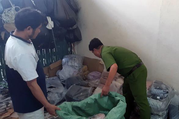 Đồng Nai phát hiện 6.000 sản phẩm giả nhãn hiệu bán cho công nhân - Ảnh 1.