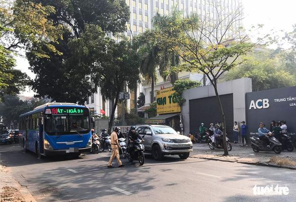 Người phụ nữ bị xe buýt tông chết khi đang đi bộ qua đường - Ảnh 1.