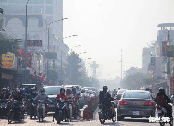 TP.HCM sương mù dày đặc từ sáng tới trưa - Ảnh 3.