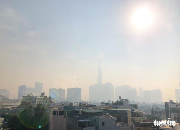 TP.HCM sương mù dày đặc từ sáng tới trưa - Ảnh 2.
