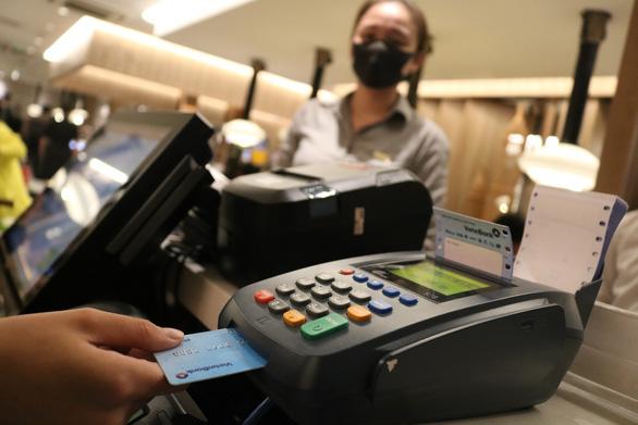 Phát hành thẻ tín dụng nội địa để giúp người dân tránh bẫy tín dụng đen - Ảnh 1.