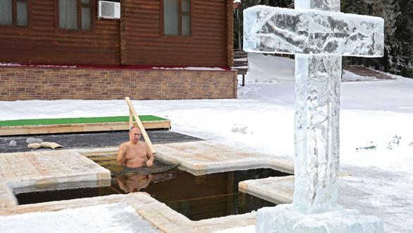 آقای پوتین در حال دوش گرفتن در استخر با -20 درجه آب سرد است - عکس 1.