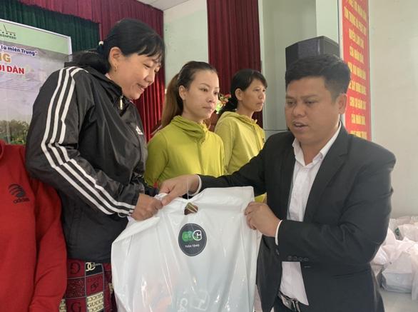 Báo Tuổi Trẻ và Tập đoàn GREENFEED hỗ trợ quà tết bà con vùng lũ Quảng Nam - Ảnh 2.