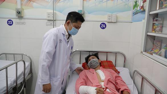 15 bác sĩ hợp sức cứu học sinh vỡ tạng rỗng sau tai nạn giao thông - Ảnh 1.