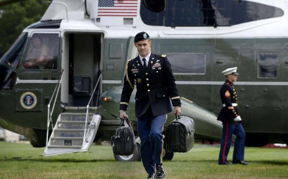 Ông Trump bay về Florida, cặp hạt nhân chuyển giao ra sao? - Ảnh 2.