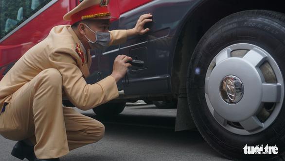 Kiểm định, gắn biển tạm thời cho 109 ôtô phục vụ Đại hội XIII - Ảnh 5.
