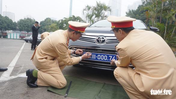 Kiểm định, gắn biển tạm thời cho 109 ôtô phục vụ Đại hội XIII - Ảnh 2.