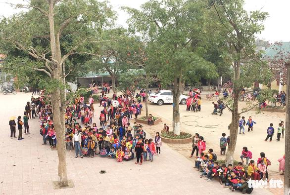 Cháy lớp học giữa trưa, hàng trăm học sinh tiểu học sơ tán - Ảnh 2.