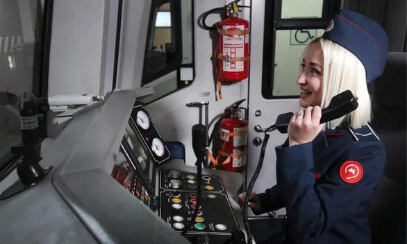 Phụ nữ Nga được làm nghề lái tàu nhờ cuộc đấu tranh hơn 10 năm của một nữ sinh - Ảnh 1.