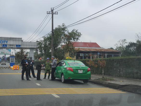 Vì sao chỉ 1 hãng taxi được đón khách ở sân bay Phú Bài? - Ảnh 2.