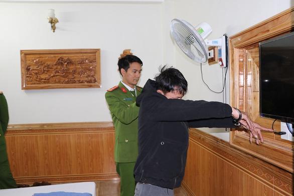 Hai thanh niên gắn camera quay lén các cặp đôi ân ái trong nhà nghỉ để tống tiền - Ảnh 1.