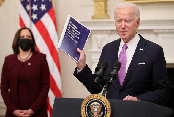 Ông Biden ký lệnh bắt buộc người nhập cảnh Mỹ cách ly ngay lập tức - Ảnh 1.