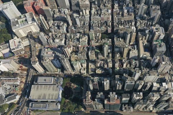 Hong Kong lần đầu phong tỏa để ngăn dịch COVID-19 - Ảnh 1.