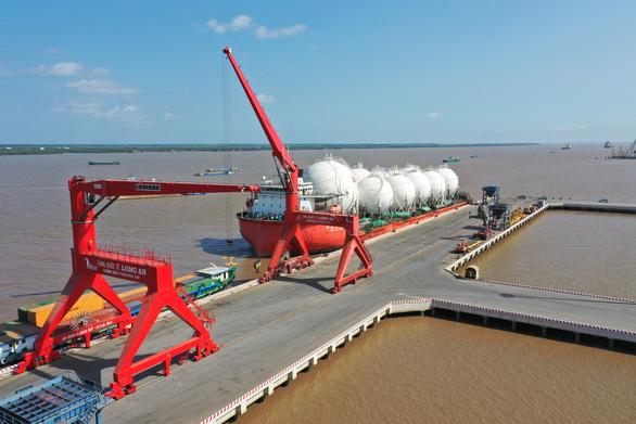 Cảng quốc tế Long An nhận chuyển giao vật tư cho các dự án điện gió - Ảnh 2.