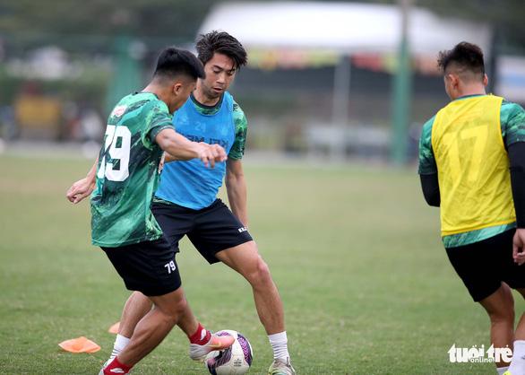 Lee Nguyễn khuấy động sân tập của CLB TP.HCM - Ảnh 12.