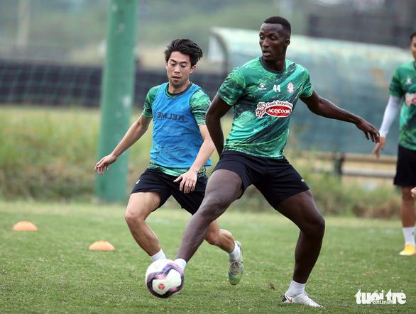 Lee Nguyễn khuấy động sân tập của CLB TP.HCM - Ảnh 13.