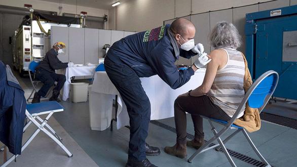 Chạy đua bào chế vắc xin đa năng chống các biến thể virus corona - Ảnh 1.