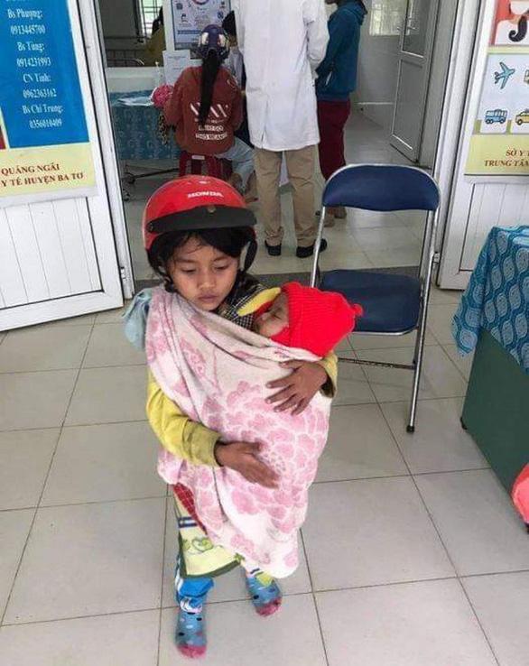 Bé gái ôm em đi tiêm phòng: Sau hình ảnh xúc động là một câu chuyện buồn - Ảnh 1.