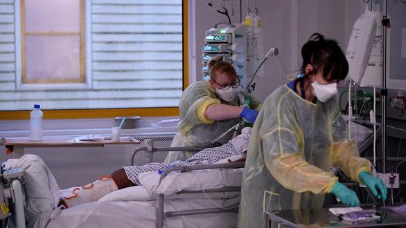 Châu Âu phát hoảng với 3 biến thể virus, tình hình rất nghiêm trọng - Ảnh 1.
