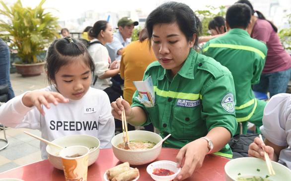 Tiệc tất niên ấm áp của gia đình công nhân môi trường - Ảnh 1.