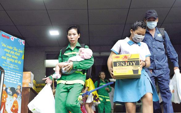 Tiệc tất niên ấm áp của gia đình công nhân môi trường - Ảnh 2.