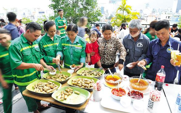 Tiệc tất niên ấm áp của gia đình công nhân môi trường - Ảnh 3.