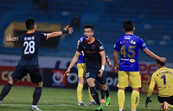Video: Tiến Linh giật gót tinh tế rồi chạy chỗ, dứt điểm ghi bàn kết liễu CLB Hà Nội - Ảnh 2.