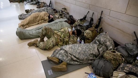 Ông Biden xin lỗi vì hình ảnh Vệ binh quốc gia ngủ ở bãi đỗ xe - Ảnh 1.