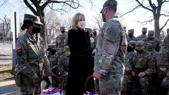 Ông Biden xin lỗi vì hình ảnh Vệ binh quốc gia ngủ ở bãi đỗ xe - Ảnh 2.