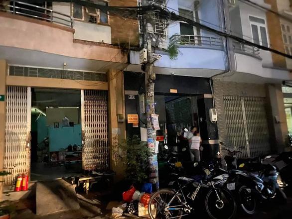 Cứu 5 người mắc kẹt trong đám cháy nhà 3 tầng, 2 người bị thương - Ảnh 1.