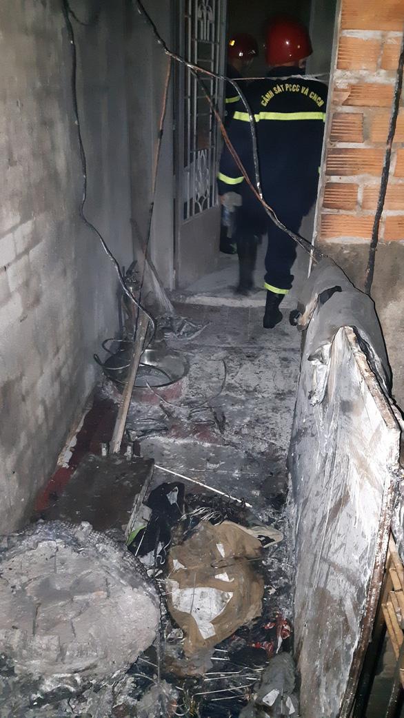 Cứu 5 người mắc kẹt trong đám cháy nhà 3 tầng, 2 người bị thương - Ảnh 2.