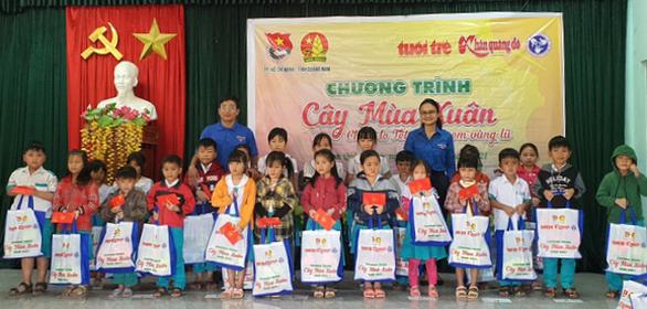 Cây mùa xuân mang Tết ấm cho học sinh vùng bão lũ Quảng Nam - Ảnh 2.
