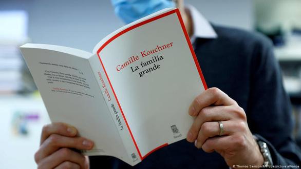 Sách tiết lộ loạn luân gây bão ở Pháp, tổng thống phải lên tiếng - Ảnh 1.