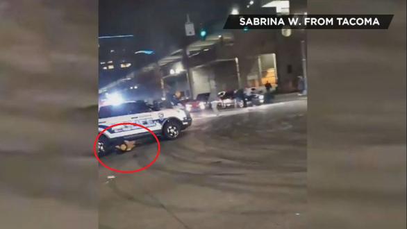 پلیس ایالات متحده برای تهدید آنها با عجله ماشین خود را به میان جمعیت مسدود کننده راه رساند - عکس 1.